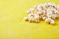 Pappers- kopp med popcorn Royaltyfria Foton