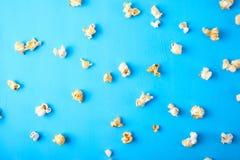 Pappers- kopp med popcorn Arkivfoton