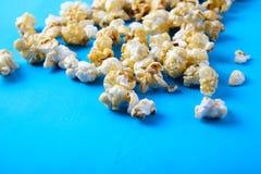 Pappers- kopp med popcorn Royaltyfri Bild