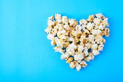 Pappers- kopp med popcorn Royaltyfri Fotografi