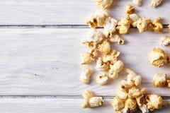 Pappers- kopp med popcorn Royaltyfria Bilder