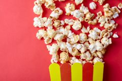 Pappers- kopp med popcorn Fotografering för Bildbyråer