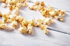 Pappers- kopp med popcorn Royaltyfri Foto