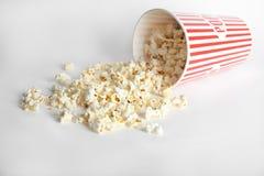 Pappers- kopp med smakligt popcorn royaltyfria bilder