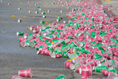 Pappers- koppar kasserade på golvet under den 30th LAmaraton Ed Royaltyfri Bild