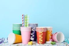 Pappers- koppar med sugrör och konfettier royaltyfri fotografi