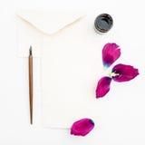 Pappers- kort för kalligrafi med blommor, bläckpenna som isoleras på vit bakgrund Lekmanna- lägenhet, bästa sikt Royaltyfri Fotografi