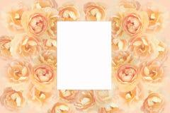 Pappers- kort på en blom- bakgrund arkivfoto