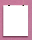 Pappers- kort på en rosa vägg. Arkivfoto
