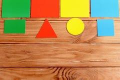 Pappers- kort som undervisar barn, färgar och formar Ungar som lär tidigt begrepp Royaltyfri Bild