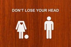 Pappers- kvinna utan huvud och mannen Förälskelse förhållandebegrepp Royaltyfria Bilder