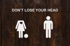 Pappers- kvinna utan huvud och mannen Förälskelse förhållandebegrepp Arkivbild