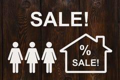 Pappers- kvinnor och hus med SALE text Abstrakt begreppsmässig bild Royaltyfri Bild
