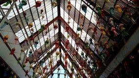 Pappers- lampor för variation som hänger på taket arkivfilmer