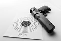 Pappers- mål och pistol på vit Royaltyfria Foton