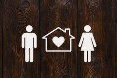 Pappers- man, kvinna och hus Hus familjbegrepp abstrakt begreppsmässigt Royaltyfri Bild