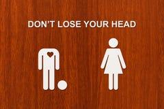 Pappers- man utan huvud och kvinnan Förälskelse förhållandebegrepp Royaltyfria Bilder