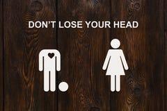 Pappers- man utan huvud och kvinnan Förälskelse förhållandebegrepp Royaltyfri Bild
