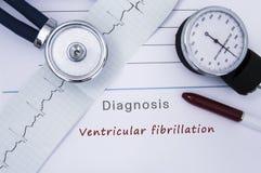 Pappers- medicinsk frigörarform med diagnos av Ventricular fibrillation från sjukdomar för hjärt- arrhythmia för kategori me arkivfoton