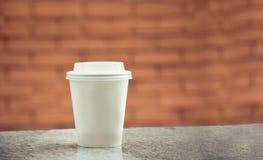 Pappers- modell för kaffe med bakgrund Royaltyfria Bilder