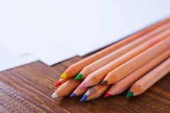 Pappers- och färgblyertspennor arkivbilder