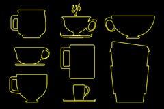 Pappers- och keramisk kaffekopp som skisseras i gul illustration på svart bakgrund Royaltyfria Bilder