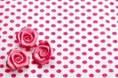 Pappers- och rosa rosor för prick arkivfoton