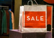 Pappers- påse för att shoppa försäljningen, vänlig påse för miljö, publicitet för modebransch arkivfoton