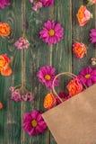 Pappers- påse med blommor på träbakgrund och att shoppa tid eller tid för försäljningar Royaltyfria Foton