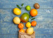 Pappers- påse och nya tropiska frukter Arkivbild