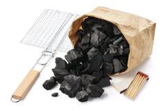 Pappers- p?se av kol, galler, matcher Grillfestf?rberedelseupps?ttning fotografering för bildbyråer