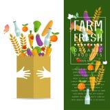 Pappers- packe med ny sund jordbruksprodukter Arkivfoton