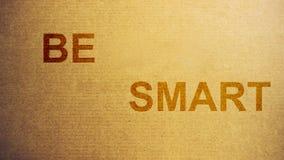Pappers- papptextur med att vara smarta ord som weted med vattenbakgrund arkivfoton