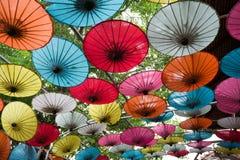 Pappers- paraplyer i den pappers- tillverkningen Arkivbilder