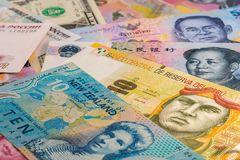 Pappers- pengar från hela världen royaltyfri bild