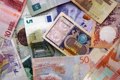 Pappers- pengar från olika länder av världen valuta Royaltyfri Bild