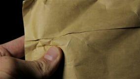 Pappers- post som upptäcker i händerna stock video