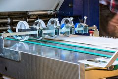 Pappers- printing för matning för efterbehandling för transportband för vikningmaskinrullar royaltyfri fotografi