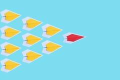 pappers- rött flygplan som en ledare bland det gula flygplanet, leadershi Royaltyfri Fotografi