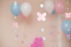 Pappers- rosa fjärilsfluga med cirklar fotografering för bildbyråer