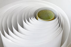 Pappers- rulle i en printshop Arkivbilder