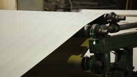 Pappers- rullning till och med en automatiserad danande för pappers- påse stock video