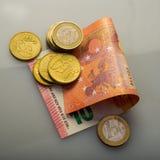 Pappers- sedlar av tio euro och mynt Fotografering för Bildbyråer