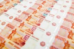Pappers- sedlar för ryss 5000 rubel bakgrund Arkivfoto