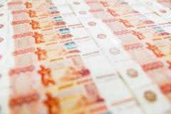 Pappers- sedlar för ryss 5000 rubel bakgrund Rysk sedelvärdighet femtusen rubel bakgrund Arkivfoton