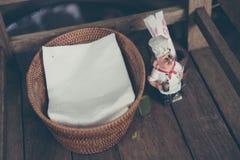 Pappers- servett och tandpetare på hinken Royaltyfria Bilder
