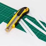 Pappers- skärare för kniv Arkivbild