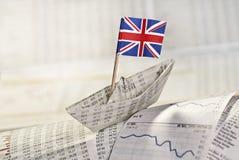 Pappers- skepp med den brittiska flaggan Arkivfoton