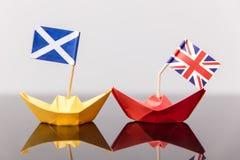 Pappers- skepp med den brittiska och scots flaggan Royaltyfri Bild