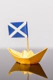Pappers- skepp med den scots flaggan Royaltyfri Fotografi
